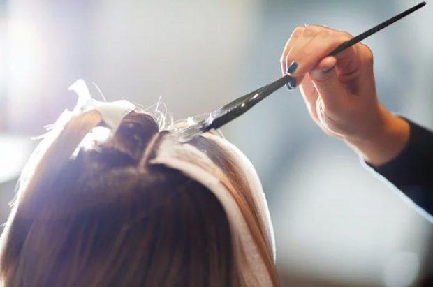 Fijet metalike janë trendi më i paparë i flokëve për këtë verë dhe duhet ta shihni për ta besuar