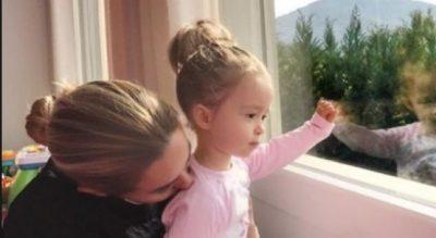 FOTO më e ëmbël që do të shihni sot! Ameli dhe Miriami përqafime nën rrezet…