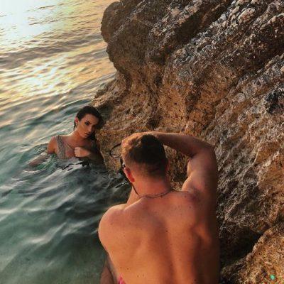 Armina GUXON si asnjëherë, sjell setin e ri provokues buzë detit (FOTO)