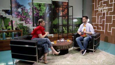 Ja bëri për borxh, Aurela Gaçe ja FUT ME SHPULLË moderatorit në mes të emisionit: Mos më… (FOTO)