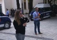 """Bashkëshortë dhe rivalë! Kush janë gazetarët që """"luftuan"""" për lajmin e fundit gjatë protestës së opozitës (VIDEO)"""