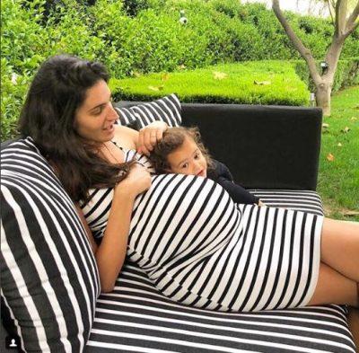 Shtatzënia e pengon të veshë rrobat e saj, Emina Çunmulaj do t'ju shkrijë me veprimin që bën (VIDEO)