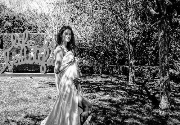 Pritjes i erdhi fundi, Emina Cunmulaj bëhet nënë për herë të dytë: Kush e sundon botën… (FOTO)