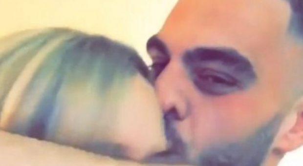 DALIN SHESHIT/ Skena EROTIKE puthje e përqafime, Erik Fullani prezanton të dashurën (FOTO)