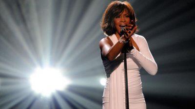 Zbulohet historia tronditëse: Këngëtarja e famshme është abuzuar seksualisht nga kushërira në moshën 7 – vjeçare