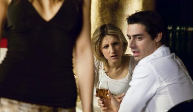 Vajza, vëmendje! Ja pse nuk duhet ta ndaloni të dashurin tuaj të shohë femra të tjera, mos humbisni këto 3 arsye