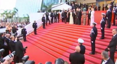 FESTIVALI I FILMIT/ Të famshmet që shkëlqyen me diamantë në tapetin e kuq të Kanës (VIDEO)