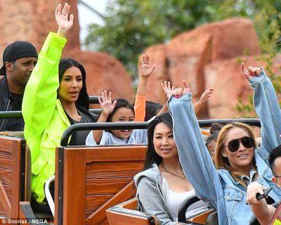 Kardashian-ët shkojnë në Disneyland dhe sytë e të gjithëve ishin mbi veshjen e Kim-it (FOTO)