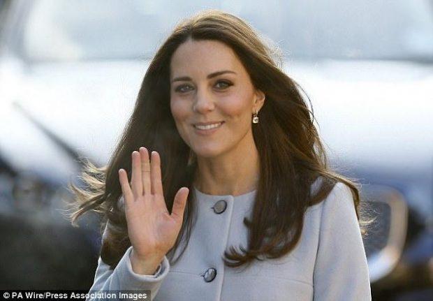 ZBULOHET MISTERI! Ja pse Kate Middleton mban gjithnjë leokoplast në duar (FOTO)