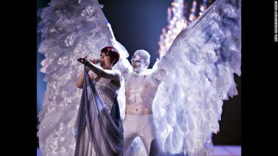 Lavdi gëzimit absurd të Eurovizionit! Shikoni veshjet më të veçanta ndër vite (FOTO)