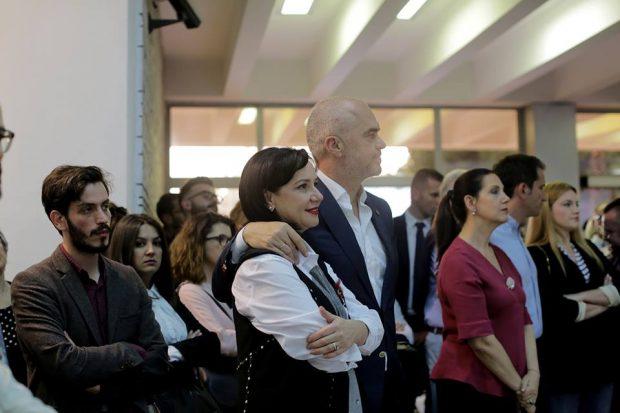 Së bashku në ekspozitën e pikturave/ Kësaj radhe Linda i merr vëmendjen Ramës me veshjen (FOTO)