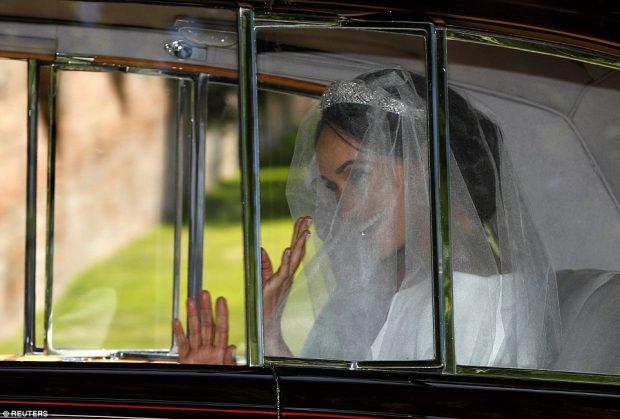 Nga koka te këmbët: Ja fustani i nusërisë që veshi Meghan Markle sot  (FOTO)