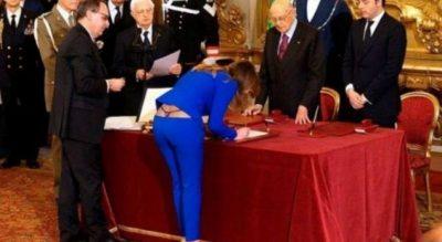 Ministres i dalin tangat gjatë nënshkrimit, FOTOJA po bën xhiron e botës