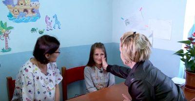 Erjola nga Krraba operohet në pediatri, moderatorja shqiptare i bëhet NËNË për një ditë