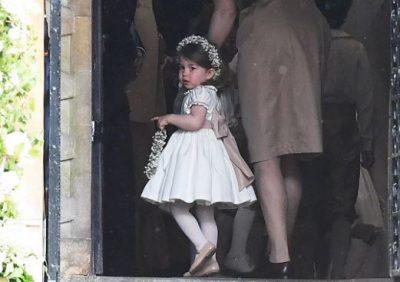 Zbulohet shoqëruesja e parë e nuses në dasmën mbretërore (FOTO)