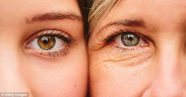 Nga rimeli tek fërkimi i syve: PESË zakone që ju shkaktojnë rrudha!