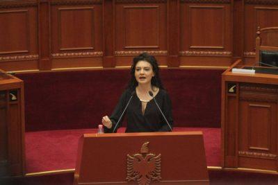 Elisa Spiropali HABIT me pamjen në Kuvend! Me dekoltenë e hapur, e veshur plot stil ajo… (FOTO)