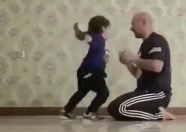 """VIDEO SPEKTAKOLARE/ Do habiteni si e """"GRUSHTON"""" kjo vajzë trajnerin e saj"""