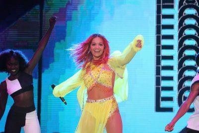 E zbulon në koncert, Rita Ora: I bëra flokët e kuqe para se të vija në Tiranë sepse…