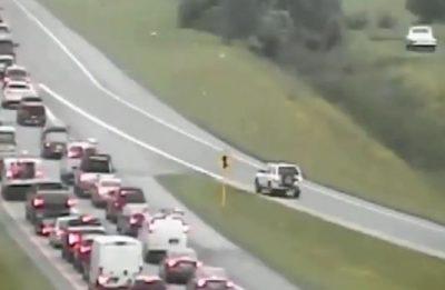 Çmenduri! Mërzitet nga trafiku, ecën mbrapsht me makinë për më shumë se 1.6 km (VIDEO)