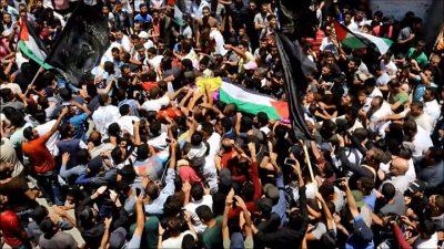 Dhuna në Gaza, mijëra njerëz marrin pjesë në funeralin e mjekes palestineze (FOTO)