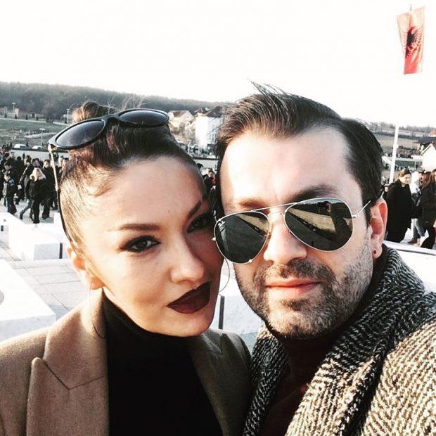Të veshur bukur dhe elegantë, Adelina Ismaili i bën dedikim romantik bashkëshortit (FOTO)