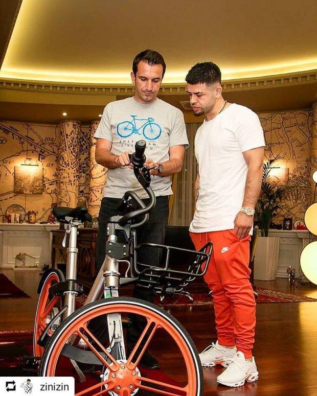 """Erdhi momenti, si të përdorni Mobike, biçikletën më """"cool"""" në Tiranë. Veliaj mëson Noizyn (VIDEO)"""