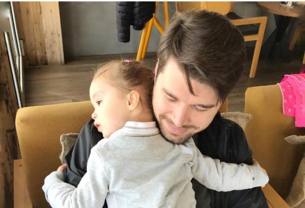 Kënga e Albanit s'ka dalë akoma, por vajzës së tij i është mërzitur që tani (FOTO)
