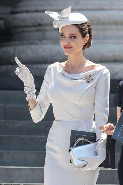 Të gjithë sytë tek ajo! Angelina Jolie na magjepsi me elegancën e saj (FOTO)