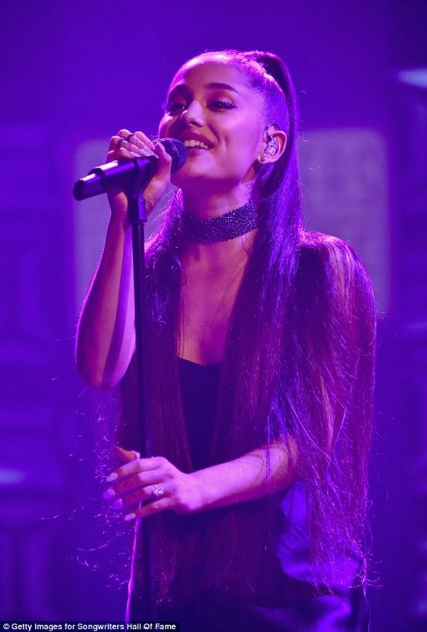 Ariana Grande shfaq unazën e fejesës (FOTO)