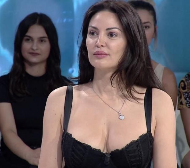 """""""Boll ma more gjoksin se le nam"""", Bleona """"fëlliq"""" kameramanin në emision"""
