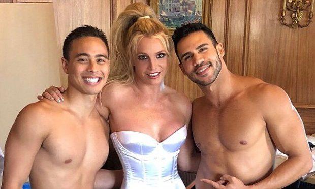 Pothuajse e ZHVESHUR Britney Spears shfaqet mes dy meshkujsh duke bërë…(FOTO)