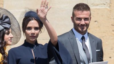 David dhe Victoria Beckham dhurojnë për bamirësi veshjet e dasmës mbretëroren (FOTO)