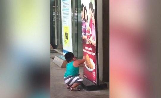 Gjen restorantin e mbyllur, 3-vjeçari përpiqet të hajë pulën në poster dhe… (VIDEO)
