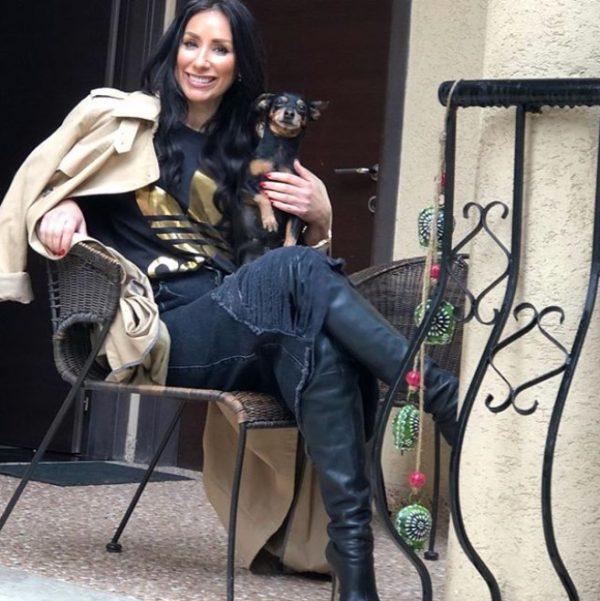 Përkujdesin dhe dashurinë ndaj qenit, Eranda Libohova e ka transmetuar edhe tek nëna e saj