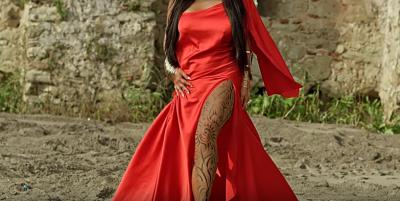 Këngëtarja shqiptare HUTON FANSAT! Mbush trupin me tatuazhe për klipin e ri (VIDEO)
