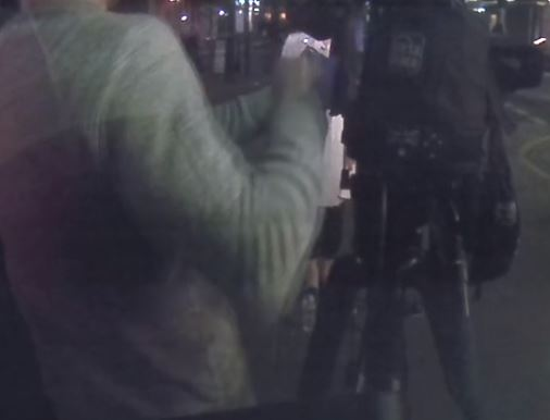 Grabitësit kërcënojnë me armë gazetaren në transmetim live, i vjedhin kamerën 15 mijë $