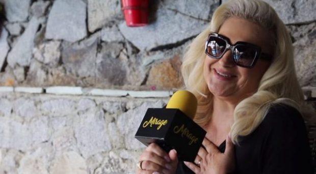 Këngëtarja shqiptare flliqet para fansave, publikon padashje FOTO nga dhoma e hotelit