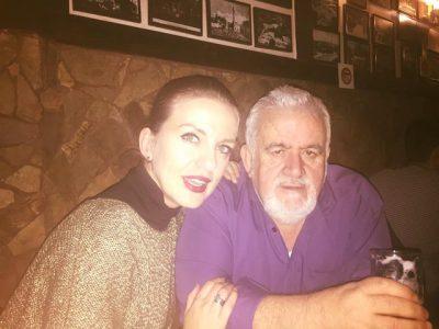 """""""Vendin tënd nuk e zë dot njeri"""", këngëtarja shqiptare përlot me fjalët për babain e ndjerë"""