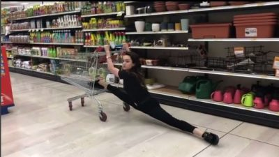 Klaudia Pepa e BËN SËRISH, tërheq vëmendjen në supermarketet e Italisë! Hap këmbët dhe… (VIDEO)