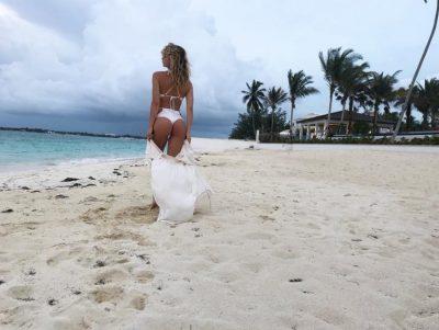 Gocë për shtëpi: Xhesika Berberi bën hallvë e punët e shtëpisë dhe në Karaibe (VIDEO)