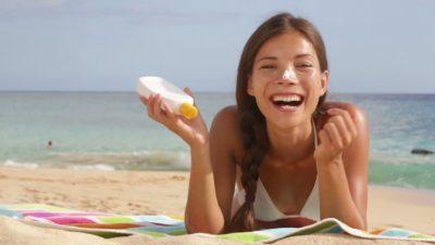 Vajza KUJDES! Këto janë gabimet e bukurisë që bëjmë, por që duhen shmangur në plazh!