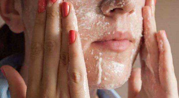 Pika të zeza në fytyrë? Mësoni si t'i eliminoni me kripë