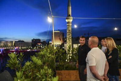 """""""BËRI NAMIN""""/ Kryeministri  i Kosoves ndjek LIVE koncertin e djeshëm nga tarraca e bashkisë (FOTO)"""