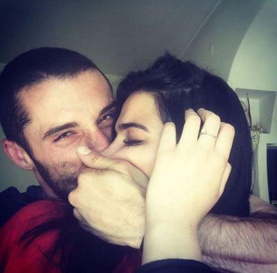 Reperi shqiptar po bëhet baba, e fejuara e tij fotografohet me barkun e rrumbullakosur
