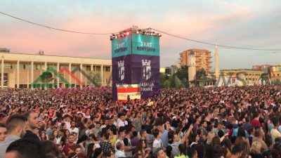 """RITA NË TIRANË/ """"Live"""" nga koncerti. Njerëzit mbushin SHESHIN dhe… (FOTOT)"""