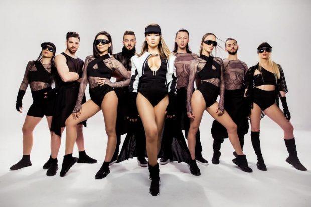 Elvana kërcen në studion e Albi Nakos, por sytë janë tjetërkund! Fansat thumbojnë koreografin: Se paska hequr…