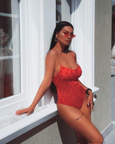 SHFAQET PROVOKUESE NË MOTOÇIKLETË/ Zaimina Vasjari harron të veshë… (FOTO)