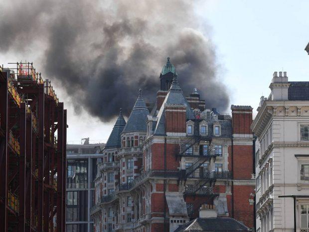 DETAJE/ Zjarri i madh përfshin hotelin luksoz, shpëton këngëtari i famshëm (VIDEO)