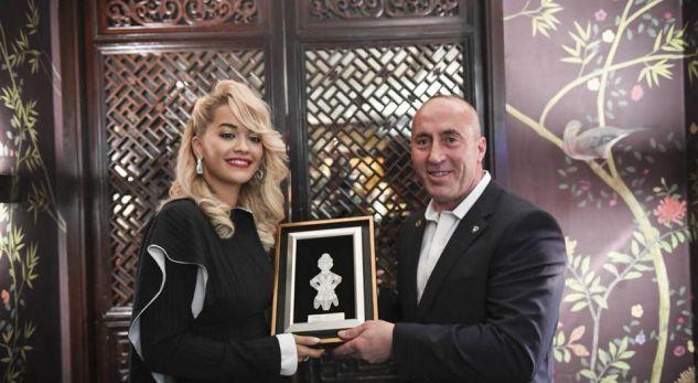 """""""OUR GOLDEN RITA ORA""""/ Haradinaj i jep dhuratë këngëtares me famë botërore… (FOTO)"""